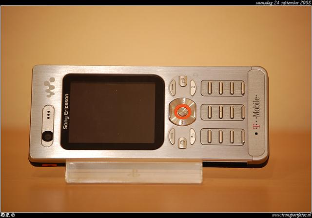DSC 8152-border Sony Ericson W880i -silver-