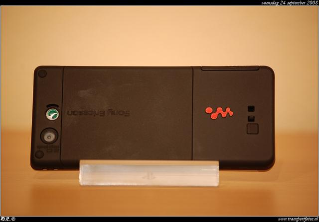 DSC 8154-border Sony Ericson W880i -silver-