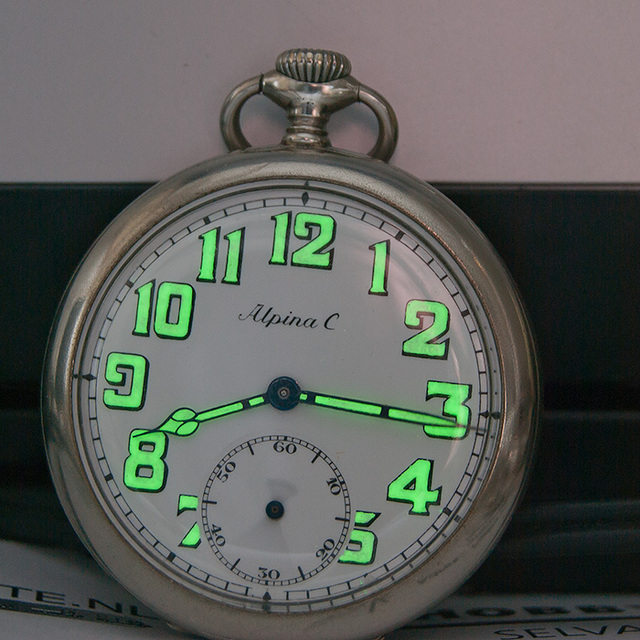 Alpina-half-donker Horloges