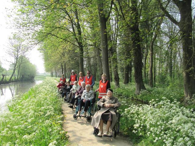 Foto Piet Hilgeman rolstoelduwen 24 april 2014