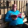 Ron met het boek van Liz 16... - In de tuin 2016