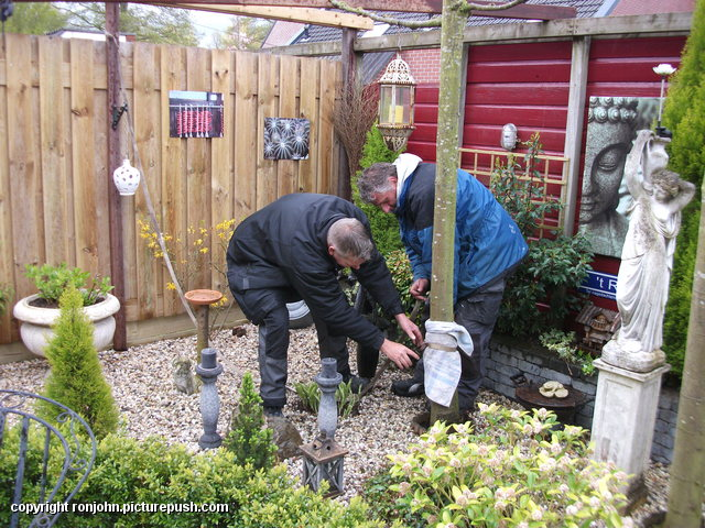 Tuin - Een schoor maken 26-04-16 (01) In de tuin 2016