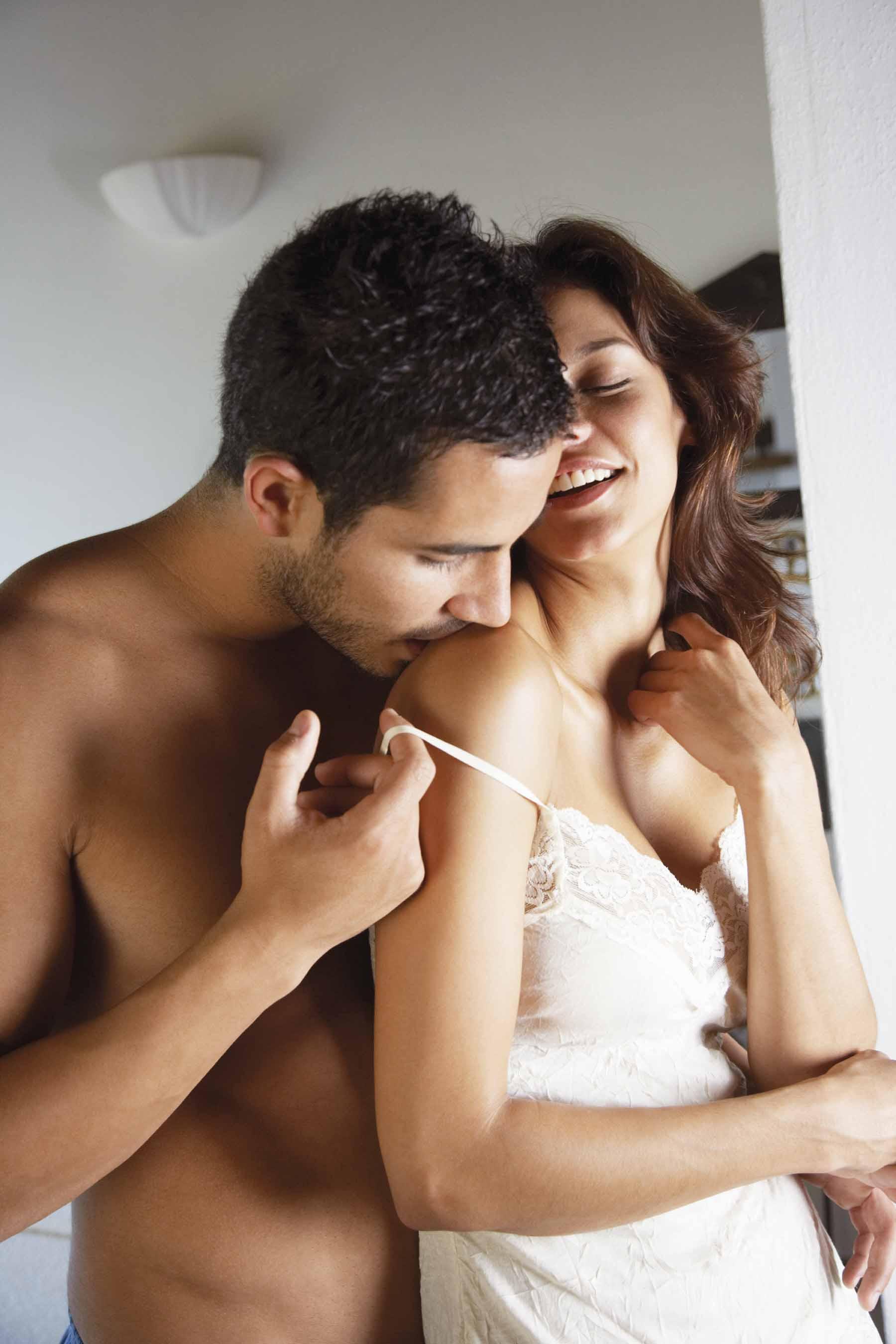 Жена возбудилась от чужих рук на своей спине, порно фото как ебут в большой анус