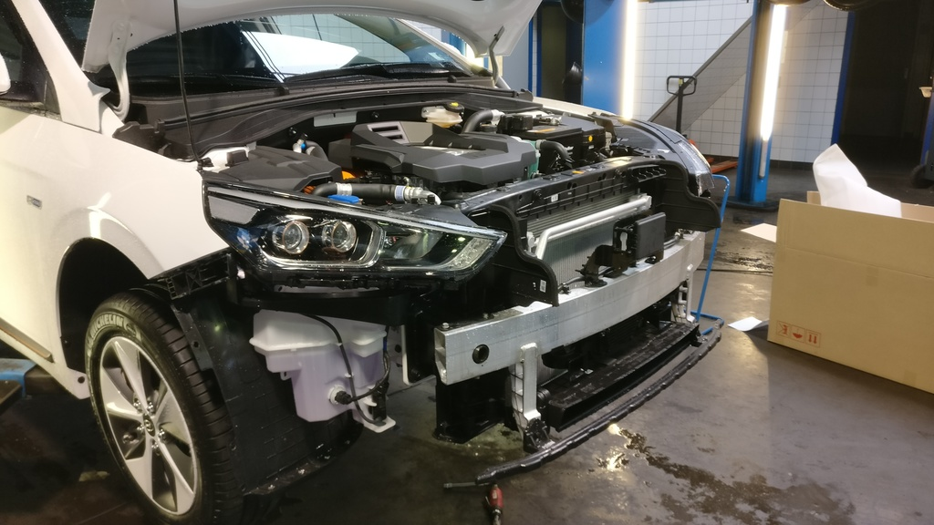 https://www1.picturepush.com/photo/a/15840100/1024/Hyundai-Ioniq-Electric/Hyundai-Ioniq-Electric-front-spoiler-removed-1.jpg