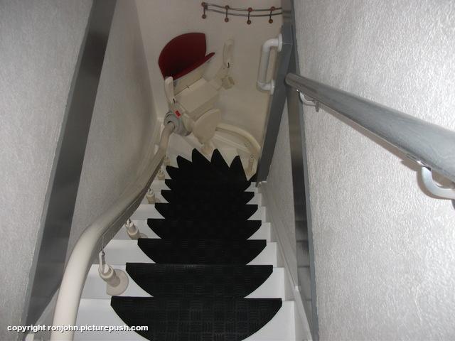 Trap bekleed met anti slip aanpassingen in huis photo