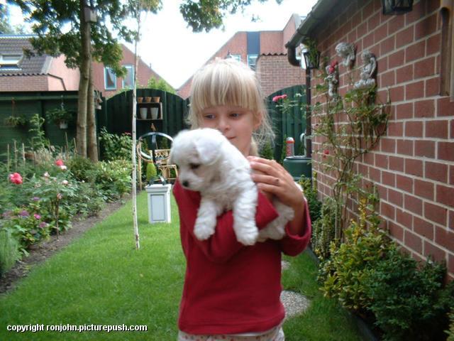 Danielle en Cindy 02-07-02 4 In de tuin 2002
