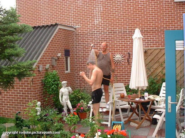 Wouter en Ron met buitendouche 01 In de tuin 2001