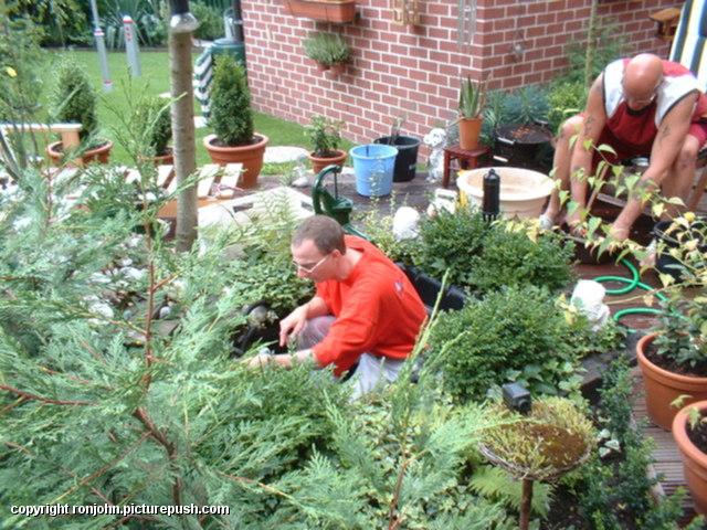 Vijverschoonmaak 24-08-03 01 In de tuin 2003