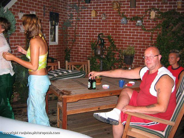 Zwembad 04-08-04 - 06 In de tuin 2004