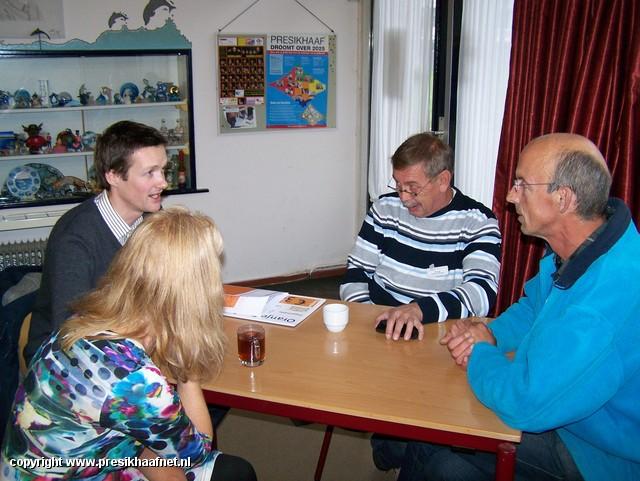 oranjefonds prijsuitreiking (2) prijsuitreiking cheque Oranjefonds aan de Oosthof